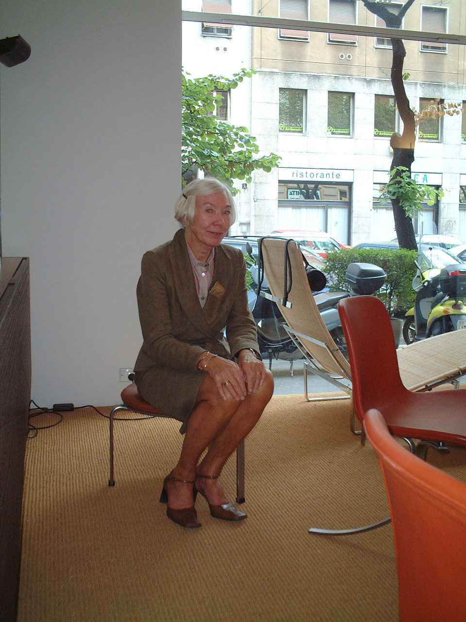 ottobre-2004-anne-kjaerholm-in-showroom
